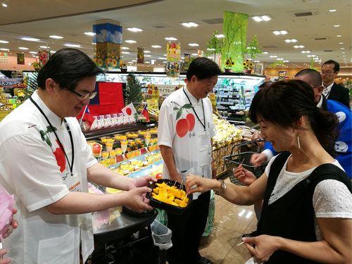 7日茨城県のスーパーで台南産マンゴーのトップセールスを行う李孟諺代理市長(左)=台南市政府提供