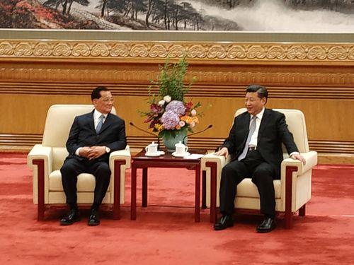北京で会談を行う連戦氏(左)と習近平氏