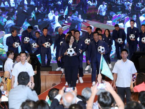 サッカーボールを手に持つ蔡英文総統(前列中央)
