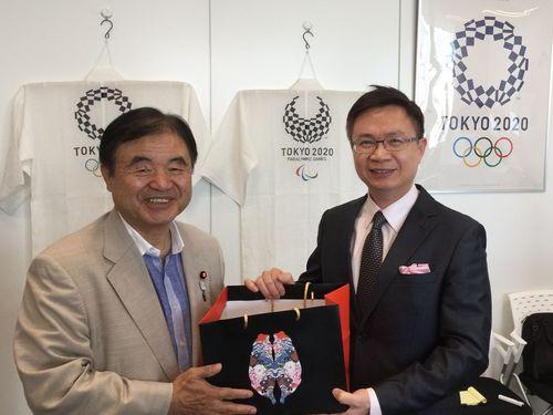 (左から)遠藤利明氏、黄志芳氏
