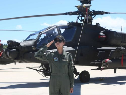 攻撃ヘリ「アパッチ」操縦士の楊韻セン少佐