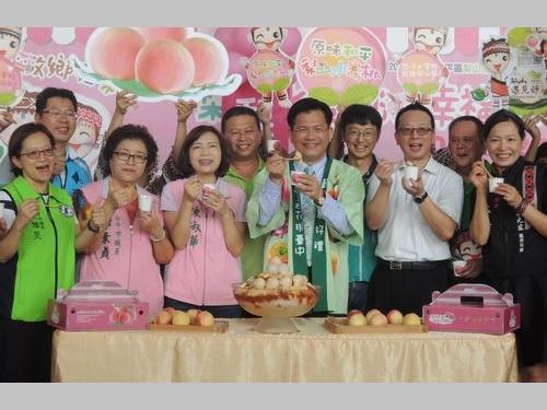 法被(はっぴ)姿で梨山産モモのトップセールスを行う林佳龍・台中市長(前列右から3人目)