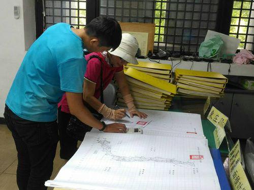 県民に土地再測量の結果を説明する県職員(手前)=屏東県政府提供
