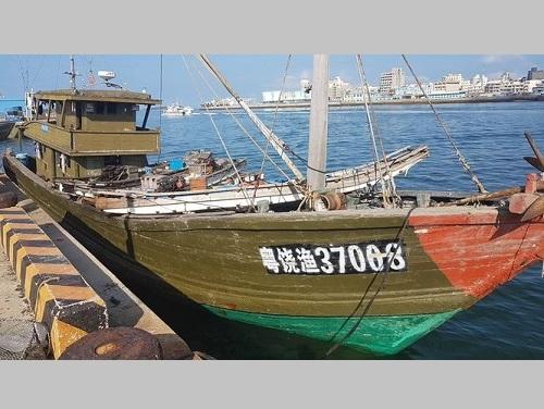 拿捕された中国の漁船「粤饒漁37008号」=海洋委員会海巡署提供