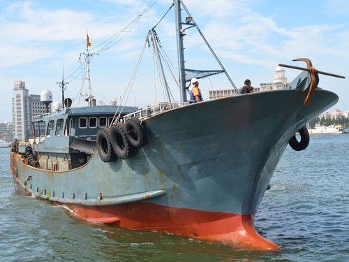 澎湖海域で違法操業する中国の漁船=海洋委員会海巡署提供
