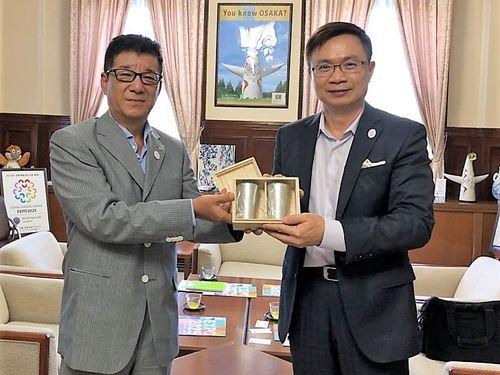 記念品を贈り合う松井一郎・大阪府知事(左)と台湾貿易センターの黄志芳董事長=同センター提供