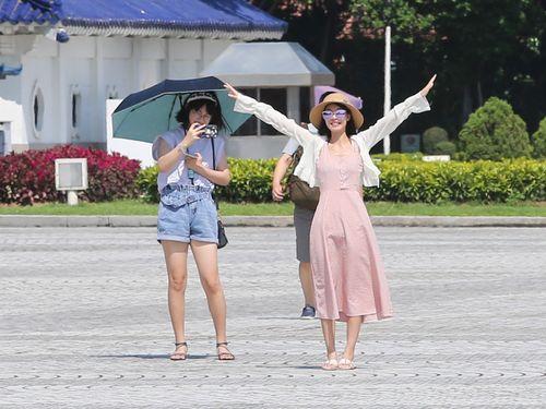 台北市の中正紀念堂を訪れる観光客ら