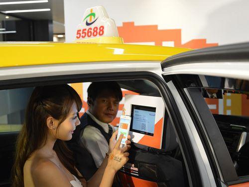 タクシー利用者と台湾大車隊の運転手=同社提供