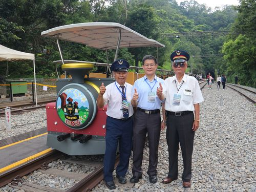 旧山線レールバイク試験運行始まる  かつての駅員、路線の再生に感動/台湾
