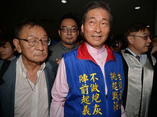 検察に聴取を受ける「中華統一促進党」の張安楽総裁(手前左から2人目)