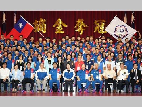 台湾選手団と記念撮影をする蔡英文総統(前列中央)=教育部体育署提供