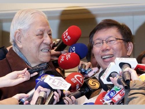 笑顔で囲み取材に応じる李登輝元総統(左)と柯文哲氏=2014年12月撮影