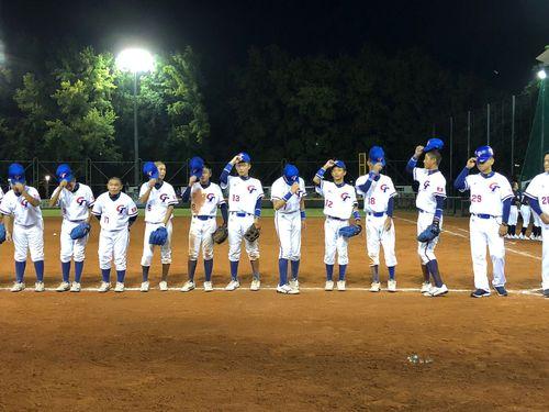 試合後、一列に並んでファンにあいさつをする台湾の代表選手ら
