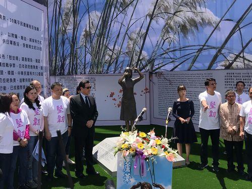 台南に設置された台湾初の慰安婦像。背広・サングラス姿の男性は馬前総統