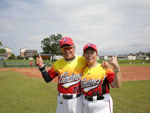 妻と台湾の還暦野球チームに参加する佐藤惣八さん(左)=弘道老人福利基金会提供