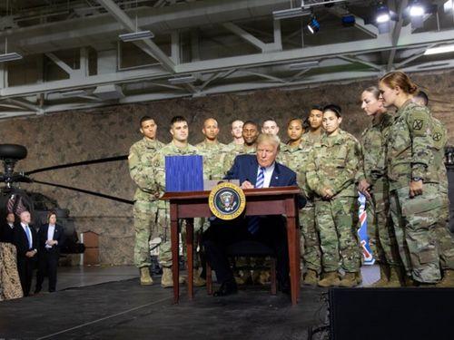 国防権限法案に署名するトランプ米大統領=大統領のツイッターより