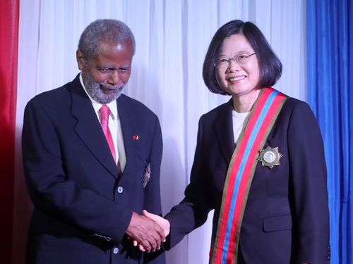 ベリーズのヤング総督(左)から同国最高位の勲章を贈られる蔡英文総統