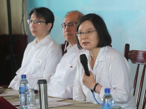 台湾メディアとの座談会に臨む蔡英文総統(右)