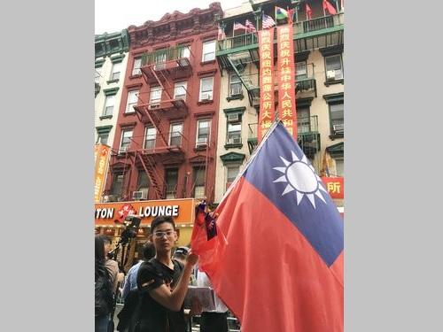 中華民国国旗を掲げる周小棠さん