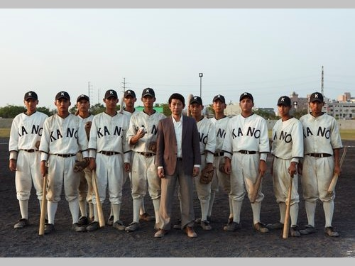 永瀬正敏さん(背広姿の男性)など台湾映画「KANO」の出演者たち=威視提供