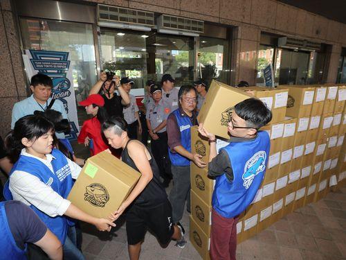 中央選挙管理委員会に提出された52万人分の賛同署名