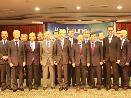 高雄市の楊明州副市長(前列、右から3人目)=同市政府提供