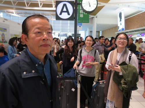 北海道で足止めされた台湾人旅行者の帰国支援に奔走する謝長廷駐日代表(左)