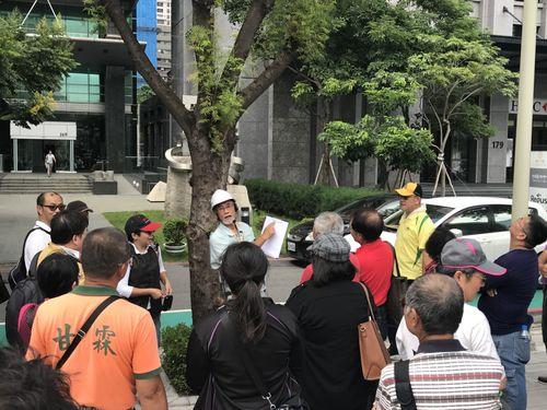 樹木医の話しに耳を傾ける台中市政府の職員ら=同市政府提供