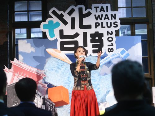 「TAIWAN PLUS 2018 文化台湾」PRの記者会見で歌を披露するアバオ