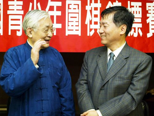 林海峰氏(右)と談笑する沈君山氏=2003年1月撮影