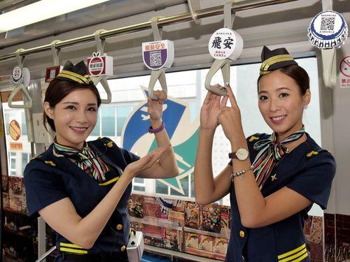 台湾の伝統的なよろずや「柑仔店」をイメージしたラッピングが施された桃園空港の連絡電車の車内=同空港提供