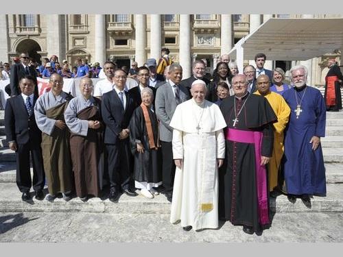 台湾の仏教団体代表らと面会するローマ法王フランシスコ(白い服の男性)=駐バチカン大使館提供