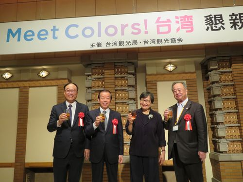 懇親会に出席する(左から)交通部観光局の周永暉局長、謝長廷駐日代表、台湾観光協会の葉菊蘭会長