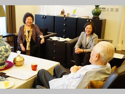 歓談する(左から)陳菊・総統府秘書長、蔡英文総統、李登輝元総統=蔡総統のフェイスブックより