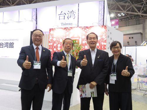 台湾ブースを視察する(左から)交通部観光局の周永暉局長、謝長廷駐日代表、香川県の浜田恵造知事、台湾観光協会の葉菊蘭会長