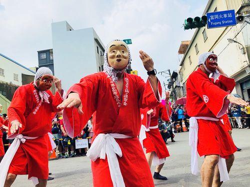 桃園市の国際交流パレートで宮崎県の郷土芸能「ひょっとこ踊り」を披露する人々