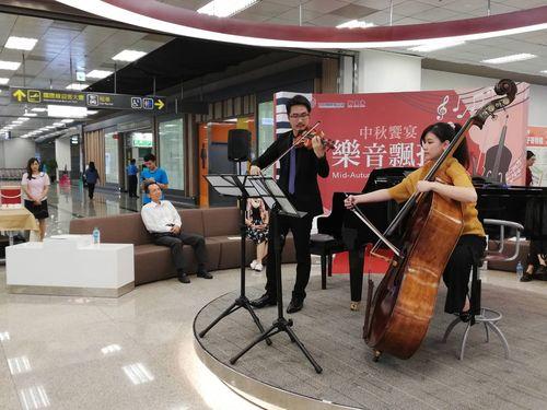 台北松山空港1階ロビーで演奏するミュージシャンたち