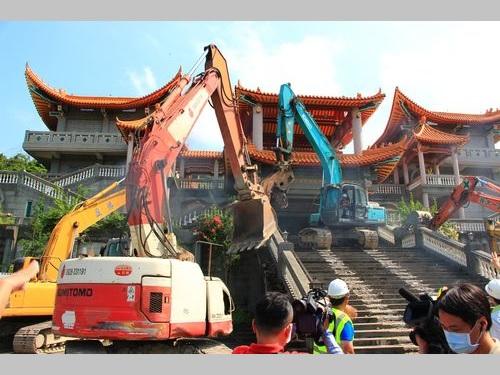 26日解体作業が始まった彰化県の寺院、「碧雲禅寺」の違法建築部分