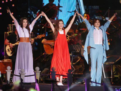デビュー17周年記念コンサートを開くS.H.Eの(左から)ヒビ、セリーナ、エラ=9月11日台北で撮影