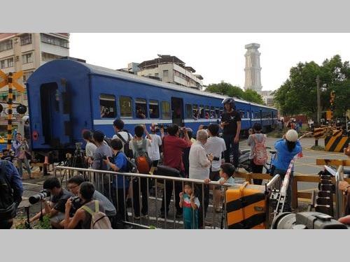 高雄臨港線の最終列車をカメラに収めようとして集まる鉄道ファン=倪京台さん提供