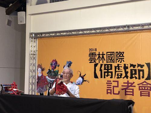 1日の記者会見でポテヒ人形の実演を披露する陳錫煌氏