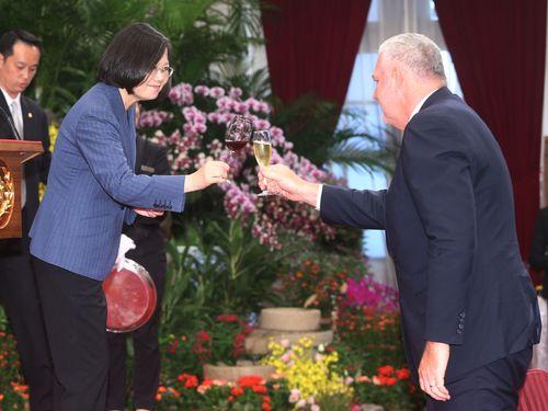 セントルシアのシャスネ首相(右)と乾杯する蔡総統