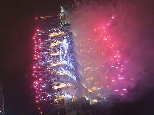 約14万球のLEDを使った網形状装飾「TPAD」を初導入した前回の台北101の花火ショー