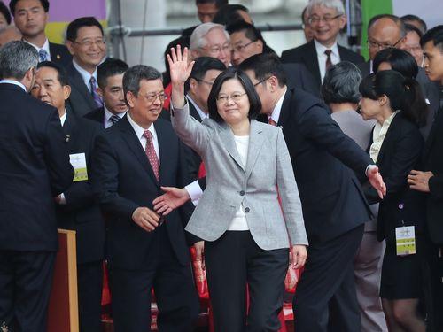 国慶節祝賀式典の参加者に手を振る蔡英文総統