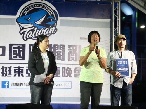 「台湾」名義での東京五輪参加申請の賛否を問う国民投票案の発起人、紀政氏(中央)=台北で7月29日撮影
