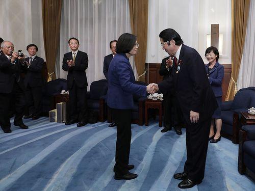 「日本台湾親善協会」の衛藤会長(手前右)と握手を交わす蔡総統=総統府HPより