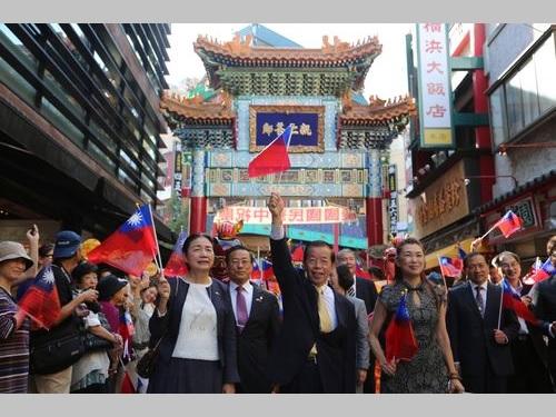 中華民国国旗を振る謝長廷駐日代表(黄色いネクタイの男性)