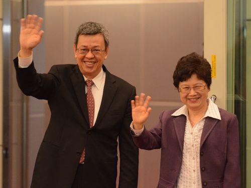 報道陣らに手を振る陳建仁副総統(左)