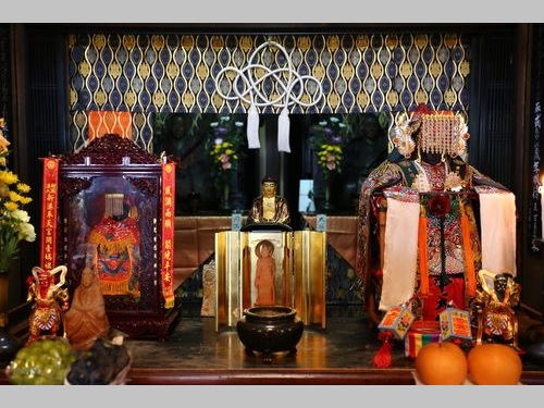 初めて日本を訪問する台湾の媽祖像「四街祖媽」(右)=奉天宮提供