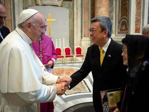 ローマ法汪(左)と握手を交わす陳建仁副総統=蔡英文総統のフェイスブックページより